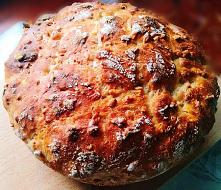Chleb słonecznikowy pszenny na miodzie i drożdżach ze słonecznikiem i olejem słonecznikowym. Prosty przepis na domowy chleb, który smakuje, jak z piekarni.
