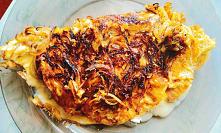 Omlet z karmelizowaną cebulką i gorgonzolą to niedzielne śniadanie dla prawdziwych koneserów. Ten francuski specjał całkowicie zdominuje kubki smakowe.