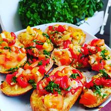 Bruschetta czyli szybki pomysł na kolację z pomidorami na które była akurat promocja w Biedronce