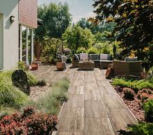 Baśniowy kącik wypoczynkowy w magicznym ogrodzie to Twoje marzenie? Stwórz go razem z solidnymi materiałami od producenta kostki brukowej!