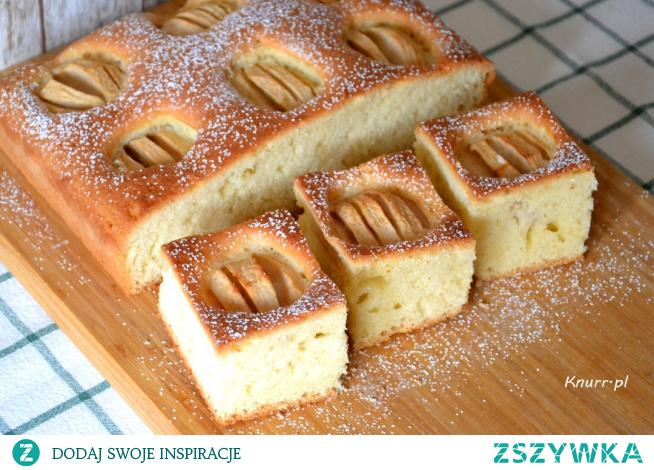 Idealna propozycja na niedzielny deser! Szybkie i bezproblemowe w wykonaniu ciasto z jabłkami.