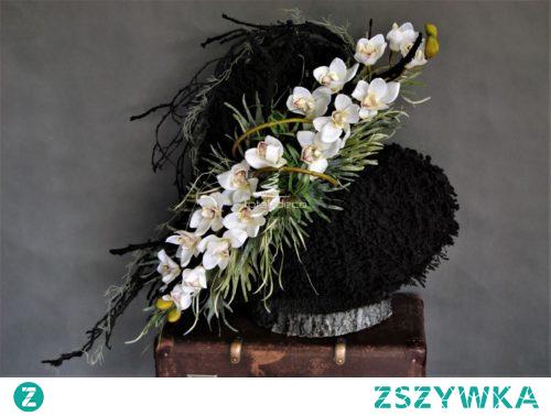 Elegancka i nowoczesna dekoracja nagrobna od totaldeco.pl czarne serce ozdobione białym cymbidium.Piękna kompozycja na wszystkich świętych na cmentarz. Oryginalny stroik na grób.