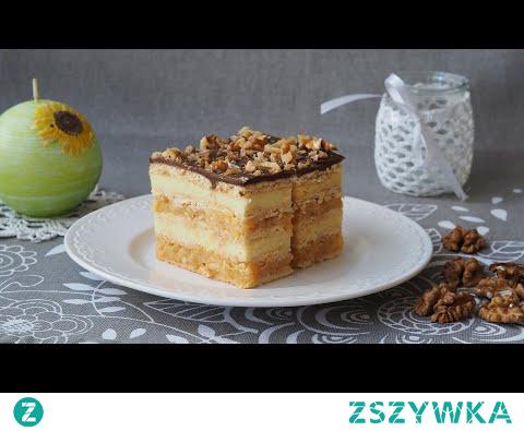 Delicja z budyniem i jabłkami. Delicja oznacza coś pysznego, tak więc przepis na pyszne ciasto bez pieczenia. Jedwabisty budyń, esencjonalna masa jabłkowa, a wszystko ubrane w kilka warstw herbatników maślanych. Ciasto zwieńczone polewą czekoladową z warstwą orzechów. Po prostu delicja.