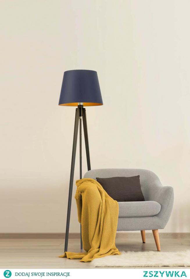 Połączenie tkaniny z drewnem to zawsze dobry wybór! Lampa podłogowa CURACAO GOLD to zestawienie klosza wykonanego z holenderskiej tkaniny tekstylnej oraz drewnianego, trójnożnego stelaża. Taka kompozycja tworzy spójną i pełną designu całość, która umieszczona w Twoim mieszkaniu, będzie nie tylko je rozświetlać, ale też wyjątkowo ozdabiać! Zaletą tkaninowego klosza jest jego wnętrze, które zostało wypełnione złotą folią. Faktura powierzchni wewnątrz różni się od siebie. W przypadku białego klosza jest ona błyszcząca, natomiast w wersji z czernią, zielenią, szarością oraz granatem - zmatowiona. Złote wnętrze tworzyć będzie w Twoim domu niesamowicie przytulną, pęłną ciepła atmosferę , którą odczują wszyscy domownicy. Wykonana z najwyższej jakości komponentów wyłącznie przez polskiego producenta daje nam gwarancję bezpieczeństwa jej użytkowania. Stabilna, pełna wdzięku lampa już za kilka chwil może odmienić Twój dom i nadać mu niebywałego stylu! Oświetlenie mierzy 158cm wysokości i 37cm szerokości. Posiada miejsce na jedną oprawkę E27 oraz dostosowana jest do żarówek LED.  Lampa dostępna jest w 5 kolorach abażura: biały ze złotym wnętrzem (złoty połysk), czarny ze złotym wnętrzem (złoty mat), zieleń butelkowa ze złotym wnętrzem (złoty mat), szary stalowy ze złotym wnętrzem (złoty mat), granatowy ze złotym wnętrzem (złoty mat). Oraz w 5 odcieniach stelaża: biały, dąb, heban, mahoń, popielaty.