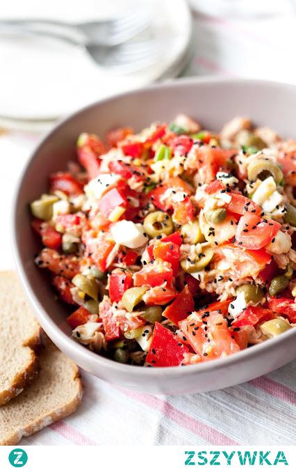 Sałatka z pomidorami, tuńczykiem, jajkiem i oliwkami