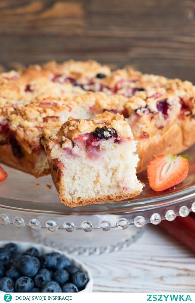 Obłędne ciasto drożdżowe z owocami i kruszonką
