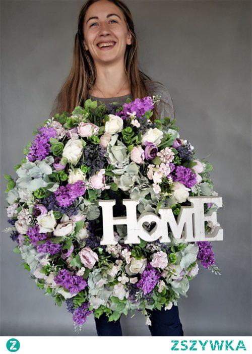 Olbrzymi wianek na drzwi lub ścianę. Piękna dekoracja ze sztucznych kwiatów wyglądająca jak żywa.