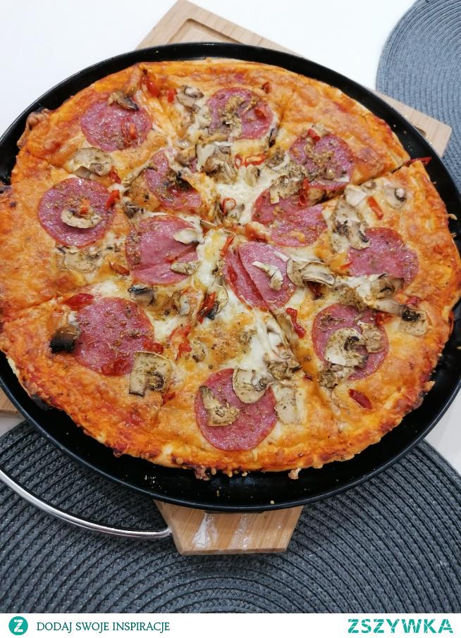 """Najlepsza pizza jaka może być, na cienkim cieście, do tego chrupiąca, mm :) """"handmade"""