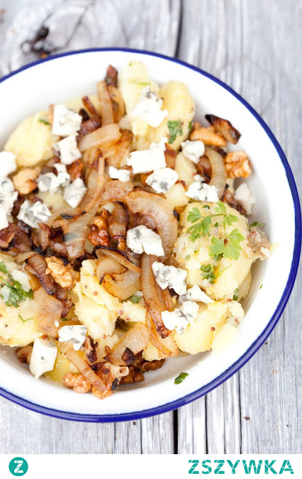 Sałatka ziemniaczana z orzechami i serem pleśniowym