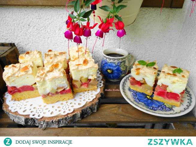 Ciasto kruche z rabarbarem i bezą. To takie ciasto, którego nie może zabraknąć w sezonie rabarbarowym, ciasto kruche, kwaskowy rabarbar i słodka beza – połączenie idealne.