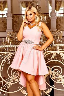 Jasno różowa sukienka z wydłużonym tyłem. Piękna suknia wieczorowa z dłuższym...