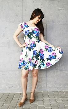 Biała sukienka z kwiatowym ...