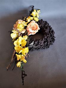 wieniec z żółtymi kwiatami ...