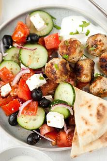 Sałatka grecka z klopsikami