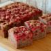 Szybkie ciasto, idealne gdy goście w drodze lub domownicy czekają na deser po obiedzie :) Puszyste i wilgotne, kakaowe z czerwonymi porzeczkami.