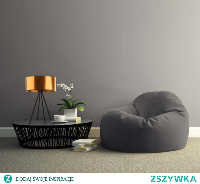 Lampy stołowe zyskują szerokie grono wielbicieli. To wszystko za sprawą łagodnego i nastrojowego światła, które dają. A co jeśli wraz z niezwykłymi efektami świetlnymi zyskamy również niebanalną ozdobę naszych czterech kątów? To wszystko jest możliwe, kiedy w naszym domu pojawi się oryginalna i nowoczesna lampka stołowa SIERRA MIRROR, której design przykuwa uwagę każdego kto na nią spojrzy. Lustrzany, owalny klosz lampy niesamowicie się mieni i tworzy w każdym pomieszczeniu niesamowitą grę świateł, natomiast czteronożny stelaż zapewnia nam stabilność oraz solidne wykonanie! Oświetlenie możemy umieścić w salonie na komodzie, na stoliku nocnym w sypialni a także w biurze. Lampka mierzy 50 cm wysokości i 30 cm szerokości. Posiada miejsce na jedną oprawkę E27 oraz dostosowana jest do żarówek LED.  Lampa dostępna jest w dwóch odcieniach abażura: złota i miedzi, oraz w czarnym kolorze stelaża.