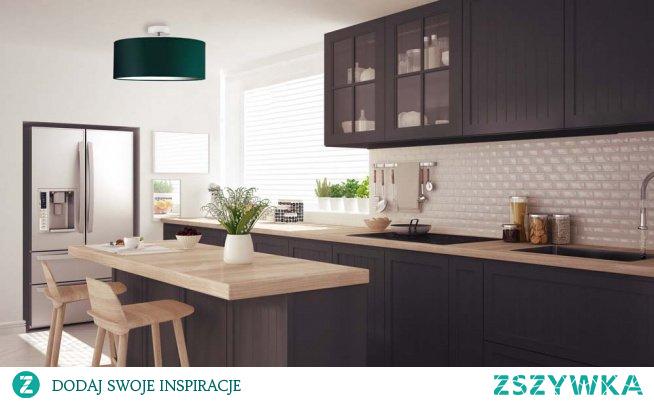 Plafon WENECJA to uosobienie najnowszych trendów wnętrzarskich oraz klasycznej elegancji. Istotną cechą tego typu oświetlenia jest ich ponadczasowość. Prosty, stylowy i elegancki design. Lampa WENECJA to przede wszystkim geometryczny abażur wykonany z tkaniny holenderskiej podklejony na białej folii PVC w kształcie walca rozprasza światło lekko i finezyjnie, podwieszony na solidnej konstrukcji. Uniwersalna forma i prosty design sprawdzi się doskonale w każdym wnętrzu – urządzonym zarówno w stylu klasycznym, nowoczesnym, skandynawskim czy minimalistycznym. Oświetlenie dostępne jest w 4 rozmiarach abażura: fi - 30 cm, fi - 40 cm, fi - 50 cm, fi - 60 cm. Plafon dostępny jest w kilkunastu kolorach abażura: biały, ecru, jasny szary, miętowy, musztarda, jasny fioletowy, różowy, beżowy, szary stalowy, czerwony, niebieski, fioletowy, zieleń butelkowa, granatowy, grafitowy, brązowy, czarny, szary melanż (tzw. beton). Oraz w 5 odcieniach stelaża: biały, czarny, chrom, stal szczotkowana, stare złoto.