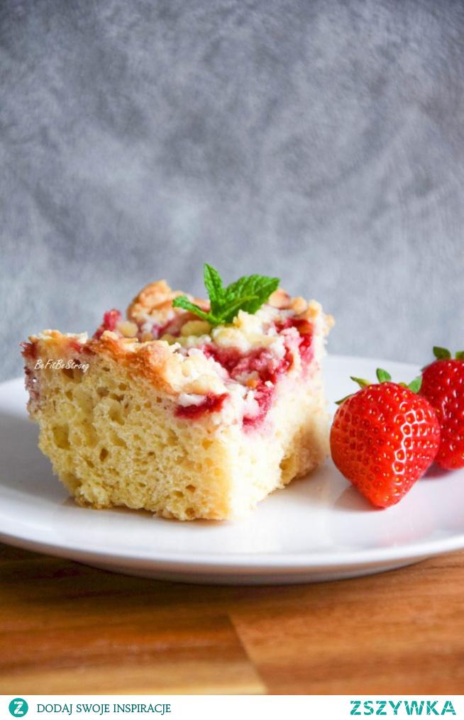 Pełnoziarniste ciasto drożdżowe z truskawkami i migdałową kruszonką FIT. Przepis po kliknięciu w zdjęcie.