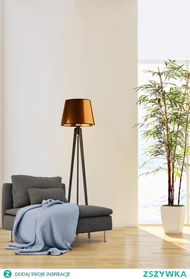 Lampa podłogowa CURACAO MIRROR to zupełnie nowa jakość w aranżacji wnętrz. Prawdziwa gratka dla koneserów natury, ekologii oraz nowoczesności. Stożkowy abażur wykonany jest z najwyższej jakości tkanin holenderskich, stelaż natomiast z drewna sosnowego. Całość lampy ma 158 cm wysokości. Curacao spełnia 2 funkcje - za dnia tworzy przepiękną ozdobę domu, natomiast wieczorami daje niepowtarzalny klimat świetlny. Lampa podłogowa to nie tylko piękny design, to również nowatorskie rozwiązania techniczne, które zapunktują podczas codziennego użytkowania. Produkt ten posiada włącznik nożny.  By stworzyć lampę idealną, trzeba wybrać idealne kolory. Przy zakupie lampy decydujemy o kolorze abażura, wybierając spośród dwóch wariacji kolorystycznych (złoty, miedziany).