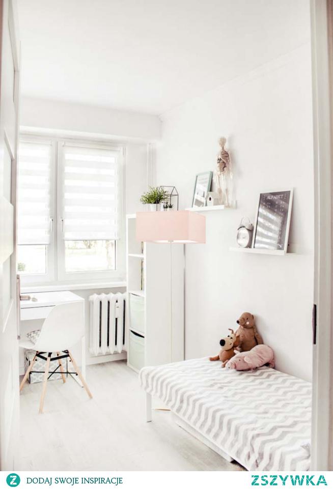 Lampa podłogowa PRAGA to idealne rozwiązanie do pokoju dziecięcego. Pastelowa kolorystyka abażuru nada przytulnego i ciepłego klimatu. Kwadratowy abażur o wymiarach 40 x 40 cm wykonany jest z holenderskiej tkaniny tekstylnej podklejonej na folii PVC. Oświetlenie stojące to doskonały pomysł na ciekawą dekorację do pokoju dziecka, lampa poza intrygującą prezencją zwraca na siebie uwagę także wyrazistym lecz nienachalnym strumieniem światła.  Do wyboru mamy aż kilkanaście kolorów abażurów (biały, ecru, jasny szary (gołębi), miętowy, musztardowy, jasny różowy, jasny fioletowy, beżowy, szary stalowy, czerwony, niebieski, fioletowy, zieleń butelkowa, granatowy, grafitowy, brązowy, czarny, szary melanż (tzw. beton)) jak i 6 kolorów stelaży (biały, srebrny, czarny (w standardzie), chrom, stal szczotkowana, stare złoto (dodatkowo płatne).