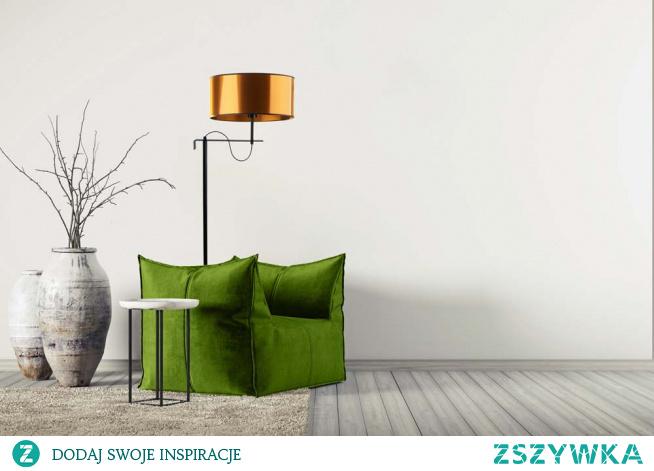 Lampa stojąca KAMERUN MIRROR to połączenie polskiego designu z funkcjonalnością. Lampa podłogowa KAMERUN MIRROR wyróżnia się klasyczną konstrukcją uwieńczoną lustrzanym abażurem w kształcie walca oraz przewodem z włącznikiem nożnym poprawiającym komfort użytkowania. Klasyczna lampa ma 160 cm, prostą konstrukcję i znajdzie swoje miejsce w nowoczesnym wnętrzu hotelowym lub doświetli przestrzeń w designerskiej restauracji czy kawiarni. Sprawdzi się także jako salonowa lampa stojąca czy lampa podłogowa w sypialni. Oświetlenie posiada miejsce na jedną oprawkę E27 oraz dostosowana jest do żarówek LED.  Lampa dostępna jest w dwóch kolorach abażura: złota i miedzi oraz w czarnym kolorze stelaża.