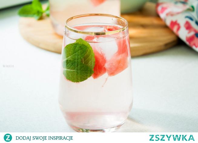 Woda smakowa arbuz i mięta to pyszny sposób na orzeźwienie w upalne dni