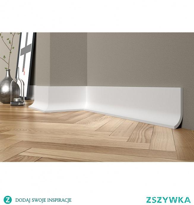 Listwa przypodłogowa QS011 Mardom Decor PAPER to nowoczesna i stylowa listwa o ciekawym designie. Zdobi nowoczesne aranżacje, oraz maskuje łączenie podłogi ze ścianą. Sztukateria osiąga fajny efekt po zamontowaniu oświetlenia LED, do którego jest przystosowana. Możemy cokolik umieścić także na ścianie tworząc oryginalne pomysły. Listwę możemy pomalować pod aranżację, a wykonana została z polimeru.