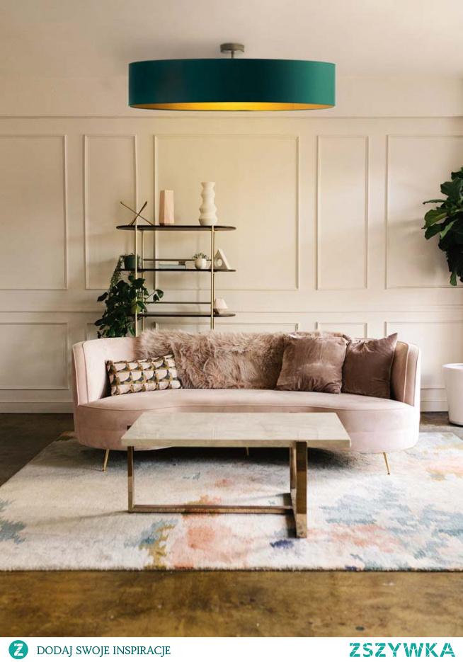 Plafoniera GRENADA GOLD została stworzona z myślą o pomieszczeniach wyróżniających się wyszukanym stylem i gracją. Niezwykły kunszt i precyzja włożona w wykonanie tego oświetlenia, pozwala na jego długoletnie użytkowanie. Plafon wyróżnia się z pośród innych lamp złotym wnętrzem abażuru, którego powierzchnia różni się od siebie w zależności od tego z jakimi zewnętrznym kolorem abażuru mamy do czynienia. Kolor biały charakteryzuje się lśniącą fakturą, natomiast czarny posiada wnętrze zmatowione, nie emitujące żadnego blasku. Plafon ten dzięki swym dużym rozmiarom, zdoła rozświetlić nie tylko domowe pomieszczenia ale także wielkie przestrzenie restauracyjne, kawiarnie czy też hotelowe sale. Oświetlenie dostępne jest w dwóch rozmiarach abażura: fi - 80cm, fi- 100cm.  Dodatkowym atutem lampy sufitowej Grenada jest indywidualny dobór ilości źródeł światła (od 3 do 5 oprawek E27).  Lampa dostępna jest w 5 kolorach abażura: biały ze złotym wnętrzem (złoty połysk), czarny ze złotym wnętrzem (złoty mat), zieleń butelkowa ze złotym wnętrzem (złoty mat), szary stalowy ze złotym wnętrzem (złoty mat), granatowy ze złotym wnętrzem (złoty mat). Oraz w 5 odcieniach podsufitki: biały, czarny, chrom, stal szczotkowana, stare złoto.