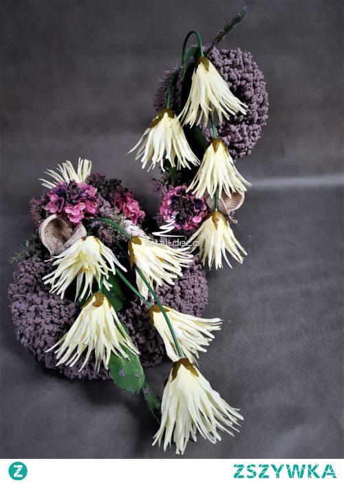 Niezwykle dekoracyjny duży zestaw dekoracji na cmentarz od totaldeco.pl ,wykonany na  mięsistym wianku  witym ręcznie na grubej bazie-flokowany w pięknym zgasłym wrzosowym kolorze. Wykonany w naszej pracowni manufaktura dekoracji z troską o detale. Ozdobiony pieczołowicie wyselekcjonowanymi sztucznymi kwiatami jakości premium w odcieniach śmietanki , różu i jagody . Wieniec jest pokaźny i gruby pełny w środku dzięki temu stabilny podczas kapryśnej aury , bukiet ułożony w specjalnym wkładzie do wazonu dodatkowo obciążony. Dekoracja w całości wykonana rękoma polskich rękodzielników z pasją i dbałością o szczegóły. Wymiary wieniec szer. 46-48 cm. dł. 75 cm. wys. 30 cm. bukiet wys. 60 cm. szer. 35 cm.