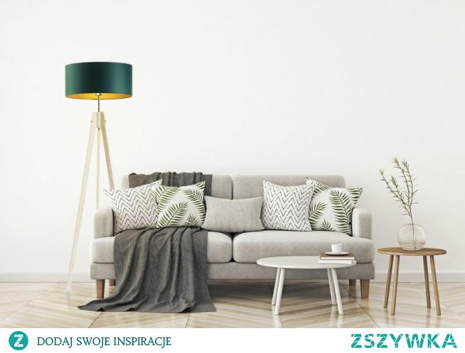 Drewniana lampa stojąca HAITI z kolekcji GOLD udekoruje wybrane przez Ciebie wnętrze oraz stworzy w nim niepowtarzalny klimat i przyjemną atmosferę. Dzięki swej zgrabnej formie prezentuje się niezwykle atrakcyjnie. Podstawa lampy wykonana jest z drewna sosnowego a jej konstrukcja przypomina stelaż aparatu fotograficznego opartego na trzech, smukłych nóżkach. Oświetlenie podłogowe HAITI GOLD cechuje nowoczesność, która objawia się zastosowaniem niecodziennych materiałów. Chodzi przede wszystkim o abażur, który dysponuje ciekawą, wewnętrzną fakturą – biały abażur w kształcie stożka posiada złoty środek o lustrzanej powierzchni, który odbija światło w sposób spektakularny tworząc bursztynową poświatę. Pozostała kolorystyka złotych kloszy (szary, zieleń butelkowa, granat, czarny) odznacza się stonowaną, zmatowioną powierzchnią.  By stworzyć ideał potrzebujemy możliwości wyboru. Polski producent oświetlenia LYSNE.PL taki wybór Wam oferuje! Drewnianą lampę stojącą HAITI GOLD można dowolnie skonfigurować pod względem kolorystycznym. Do wyboru mamy aż 5 opcji kolorystycznych abażurów: biały ze złotym wnętrzem (złoty połysk), szary stalowy ze złotym wnętrzem (złoty mat), zieleń butelkowa ze złotym wnętrzem (złoty mat), granatowy ze złotym wnętrzem (złoty mat) oraz czarny ze złotym wnętrzem (złoty mat) oraz 5 drewnianych stelaży (biały, popielaty, dąb, mahoń oraz czarny).  Przewód zasilający swobodnie opada z górnej części lampy, co nadaje jej nieco industrialnego i surowego charakteru. W przewodzie zasilającym umiejscowiony jest włącznik nożny zapewniający wygodną obsługę oprawy. W kolekcji GOLD występują również lampy sufitowe, żyrandole, kinkiety i lampki nocne, które utrzymane są w tej samej tonacji kolorystycznej i stylu.