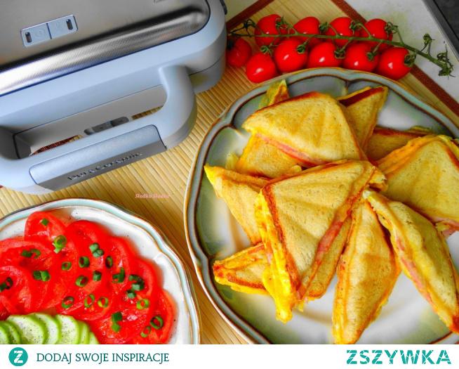 Sandwicze z jajecznicą, szynką i serem. Mąż od rana rządzi w kuchni, miło jest dostać śniadanie do łóżka