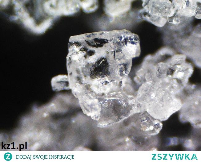 Sól jodowana pod mikroskopem.