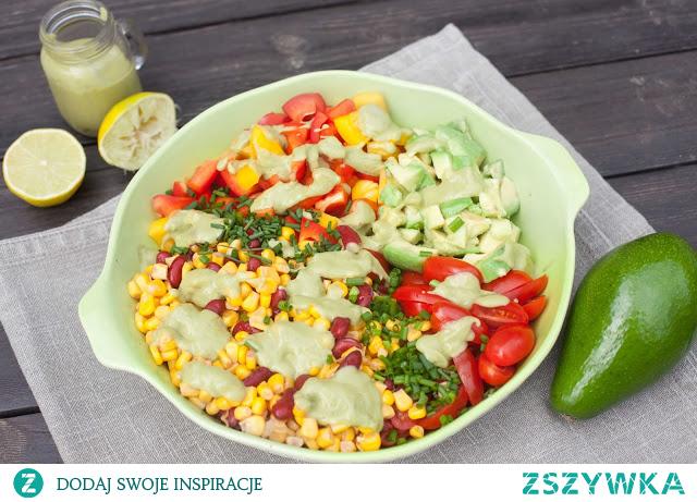 Sałatka z kukurydzą, fasolą, papryką i pomidorami w sosie z avocado