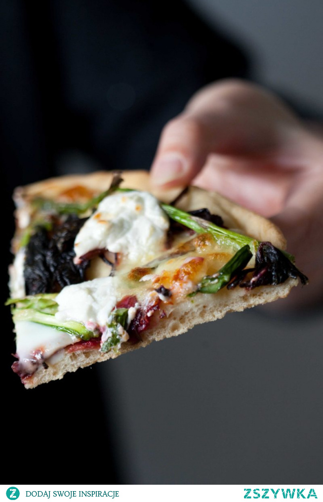 Pizza ze szparagami, botwinka i kozim serem
