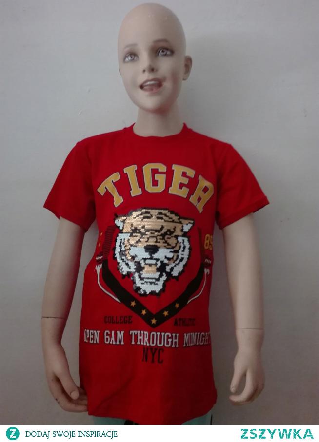 Doskonale skrojona, świetnie leży. Przewiewna i miła w dotyku.Koszulka chłopięca z aplikacja tygrys z cekin - zmieniające kolor .Modna kolorystyka
