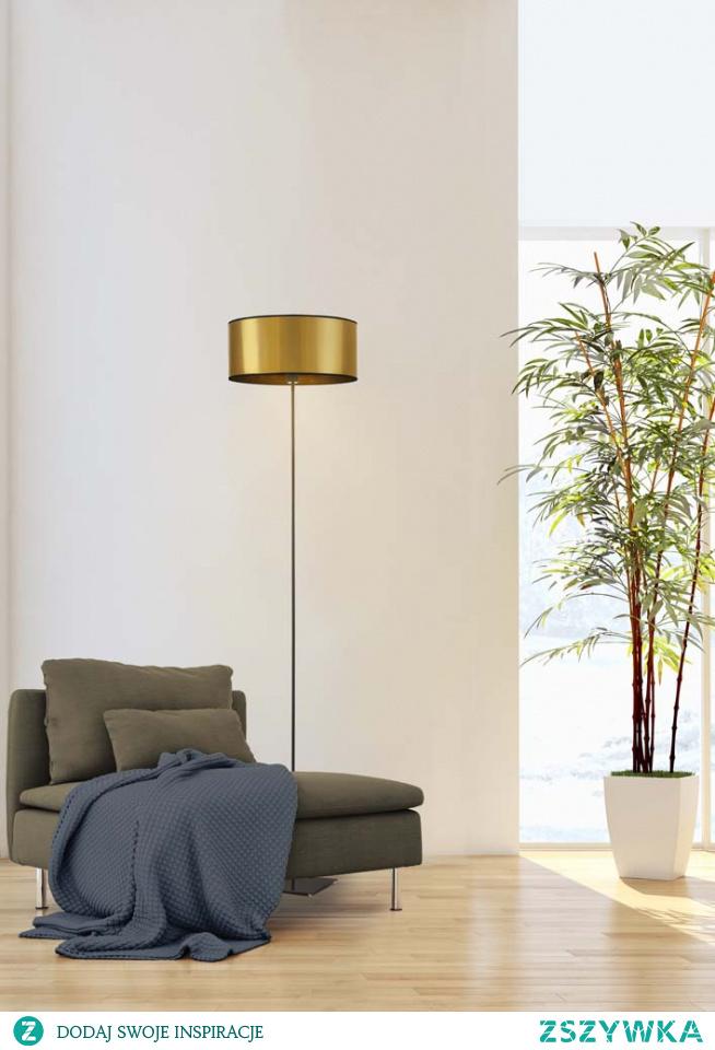 Lampa stojąca MEKSYK to propozycja dla osób, które kochają minimalizm. Prosty stelaż umieszczony na kwadratowej stopce oraz abażur w kształcie walca idealnie komponują się w całość i stanowi uzupełnienie nowoczesnych, niewielkich wnętrz. Lampa MEKSYK posiada włącznik nożny, który zapewnia wygodę i komfort użytkowania. Wymiary lampy wysokość - 150 cm, szerokość - 30 cm. Dzięki swojej uniwersalnej budowie lampa idealnie wpasuje się do wnętrza o niewielkim metrażu. Stelaż MEKSYKU wykonany jest z metalu, natomiast abażur to najwyższej materiał PVC.  Do wyboru mamy dwa kolory abażurów (złoty, miedziany).