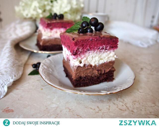 Ciasto z czarnymi porzeczkami i kremem pralinowym