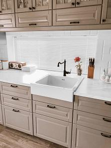 Biała żaluzja aluminiowa 25mm na panoramicznym oknie w kuchni Pani Dagmary :)  Żaluzje aluminiowe to rozwiązanie niedrogie, łatwe w montażu oraz utrzymaniu. Więcej na --->>...