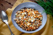 Sałatka z ciecierzycą, marchewką i fetą