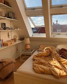 pokój z oknem na dachu