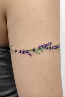 Tatuaż lawendy na ramieniu