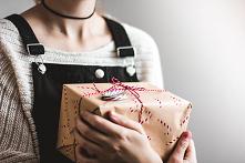 Każdego roku dajemy sobie mnóstwo prezentów. Na liście okazji są urodziny, imieniny, Boże Narodzenie, a także narodziny dziecka, rocznice ślubów, Dzień Ojca, Dzień Matki, czy wa...