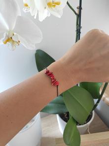 """Naturalna bransoletka regulowana na czarnym sznureczku z kamieniami - koralem. Koral nazywany jest """"kwiatem morza"""" i symbolizuje bogactwo, siłę i wysoki status społecz..."""