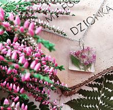 Kwadratowa zawieszka transparentne z wrzoścem 2,5x2,5 cm #naprezent #wisiorekzkwiatem #zawieszkazżywicy #zawieszkazkwiatem #wrzośce #różowo