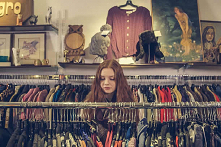 """Zakupy w second handach przestały być powodem do wstydu. Stały się modne! Poszukiwanie unikalnych ciuchów z drugiej ręki jest ekologiczne i pozytywnie wpływa na """"modową kreatywn..."""