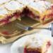 #krucheciasto #sliwki Ciasto ze śliwkami. Czas przygotowania:30 minut Czas pieczenia:50 minut Ilość porcji:forma 20/30 cm Składniki: 2 szklanki mąki pszennej np. typ 550 - około 300- 320 g kostka masła - 200 g masła 2 łyżeczki proszku do pieczenia 1 średnie jajko 1/3 szklanki cukru do 1000 g śliwek - ważone przed wypestkowaniem Potrzebujesz również:odrobinę mąki do podsypywania oraz cukru pudru do oprószenia ciasta po wyjęciu z pieca, stolnicę i wałek (opcjonalnie), papier do pieczenia Szklanka ma u mniepojemność 250 ml. Forma na ciasto: 20/30 cm W sporej misce umieść mąkę wymieszaną z proszkiem oraz cukrem. Dodaj też jajko i pokrojone w kawałki masło. Całość wyrabiaj na gładkie ciasto. Ja lubię wyrabiać ciasto dłońmi. Uformuj kulę, lekką ją spłaszcz i zawiń w folię lub umieść w woreczku. Odłóż do lodówki na 30 minut. W trakcie chłodzenia ciasta umyj śliwki. Możesz użyć dowolnej, polskiej odmiany - ważne, by były to śliwki w których dobrze odchodzi pestka. Wypestkuj je a połówki śliwek pokrój jeszcze na 6 mniejszych kawałków. Po 30 minutach wyjmij ciasto z lodówki. Podziel na dwie części. Jedną część rozwałkuj na placek trochę większy niż forma (najlepiej na obsypaną mąką blacie lub stolnicy). Możesz też nie wałkować ciasta tylko kawałek po kawałku oblepiać nim dno formy. Placek przełóż do formy wyłożonej papierem do pieczenia (Aby było łatwiej formę można wysmarować od środka masłem a potem wyłożyć papierem do pieczenia. Papier przykleja się do masła i łatwiej się formuje). Ja nie używałam papieru do pieczenia. Na ciasto wyłóż kawałki śliwek. Wyrównaj powierzchnię. Resztą ciasta oblep od góry śliwki. Rwij kawałek po kawałku, lekko spłaszczaj i układaj obok siebie kawałki ciasta. Na koniec lekko wszystko uklep. Ciasto wstaw do piekarnika nagrzanego 180 stopni góra/dół, lub 170 stopni z termoobiegiem. Piecz je 50 minut. Ciasto można wyjmować z piekarnika od razu po upieczeniu. Jeszcze gorące ciasto nie jest stabilne i trudniej się je kroi. Po schłodzeniu w lodówce kr