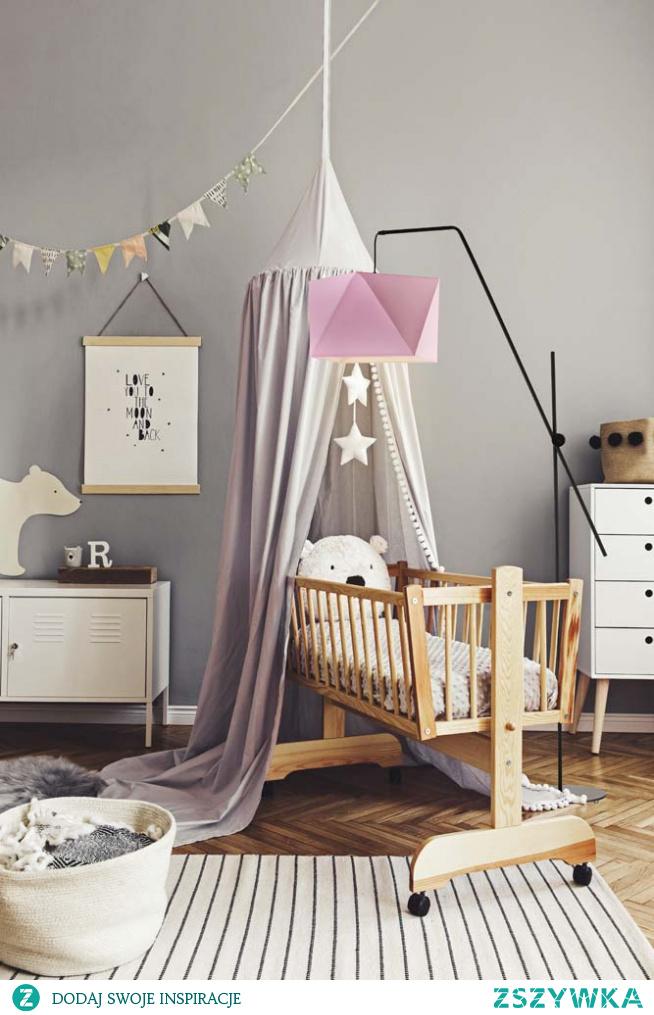 Lampa podłogowa TOLEDO idealnie dostosuje się swą aparycją do dziecięcego wyposażenia pokoju. Atutem lampy stojącej jest jej ruchome ramię, które nie tylko nadaje lampie ciekawego, nowoczesnego wyglądu ale także podwyższa jej funkcjonalność umożliwiając skierowanie wiązki światła w odpowiednie dla nas miejsce. Stelaż lampy wykonany jest z metalu a zachwycający abażur, który swą aparycją imituje postać diamentu wyprodukowany został z wysokiej jakości holenderskiej tkaniny tekstylnej podklejonej na folii PVC.  Lampa dostępna jest w kilkunastu kolorach abażura: biały, ecru, jasny szary (gołębi), miętowy, musztardowy, jasny różowy, jasny fioletowy, beżowy, szary (stalowy), czerwony, niebieski, fioletowy, zieleń butelkowa, granatowy, grafitowy, brązowy, czarny oraz szary melanż (tzw. beton).