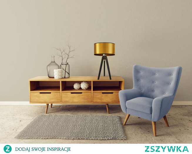 Drewniana lampka stołowa Saba to nowoczesna lampka, która ozdobi i rozpromieni Twoją sypialnię. Wysoka na 48 cm z owalnym abażurem o średnicy 30 cm, świetnie wpasuje się w każde wnętrze. Będzie gustownie wyglądać na stoliku nocnym, komodzie czy półce. Stelaż Saby wykonany jest z drewna sosnowego, z kolei abażur to wysokiej jakości materiał PVC. Dzięki dbałości o każdy szczegół i najwyższej gatunkowości produktu Saba stała się hitem sprzedaży. Niepowtarzalny design lampy sprawia, że świetnie sprawdzi się w prywatnym domu, ale także w hotelowej sypialni czy też na kawiarnianym stoliku.  Dodatkowym atutem produktu Saba staje się możliwość dowolnej konfiguracji kolorystycznej. Lampkę wybieramy spośród dwóch kolorów abażurów (złoty, miedziany).