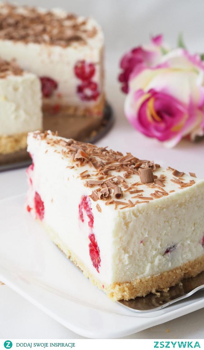 Sernik z malinami i białą czekoladą Na upalne dni i nie tylko - sernik z malinami na zimno. Sernik z białą czekoladą i bitą śmietaną. Naprawdę rewelacyjny smak. A niespodzianka w środku w postaci malin podsyca chętkę na ten smakołyk.