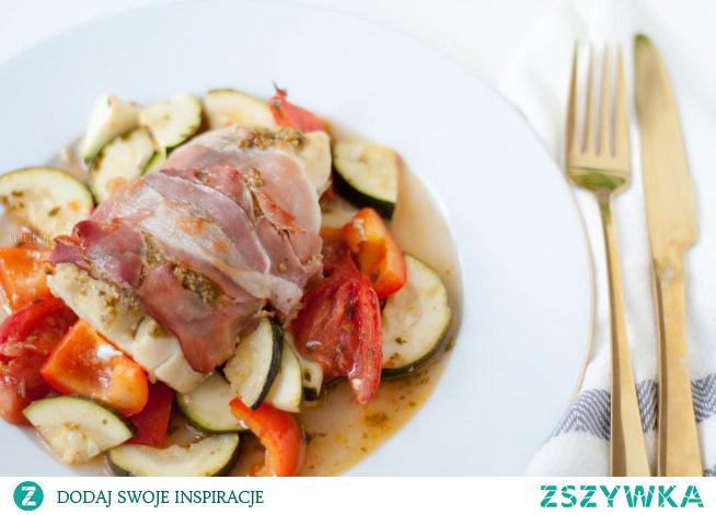 Ten pieczony dorsz w szynce parmeńskiej z papryką, cukinią i pomidorami to fantastyczny pomysł na lekki, pożywny posiłek, który na talerzu wygląda jak danie prosto z eleganckiej restauracji.
